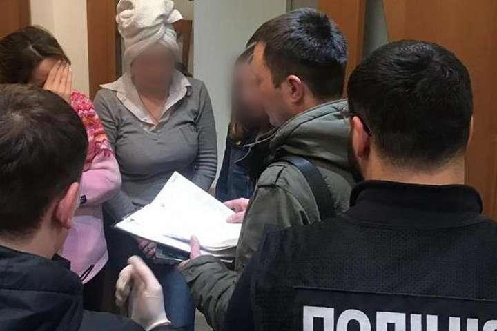 У борделі удекілька змін працювало вісім дівчат - Ще один «масажний салон» у Києві виявився борделем (фото, відео)