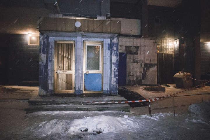 Від отриманих травм чоловік помер на місці - У центрі Києва чоловік випав з вікна дев'ятого поверху