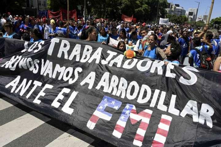 <p>Організаторами маршів виступили соціальні рухи Аргентини</p> - В Аргентині пройшли масштабні акції протесту проти підвищення цін
