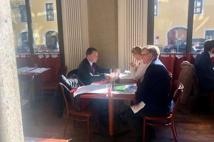 <p>Зустріч лідера &laquo;Батьківщини&raquo; Юлії Тимошенко зі спеціальним представником Державного департаменту США з питань України Куртом Волкером відбулася на полях Мюнхенської конференції</p> - Тимошенко озвучила Волкеру свій план закінчення війни на Донбасі