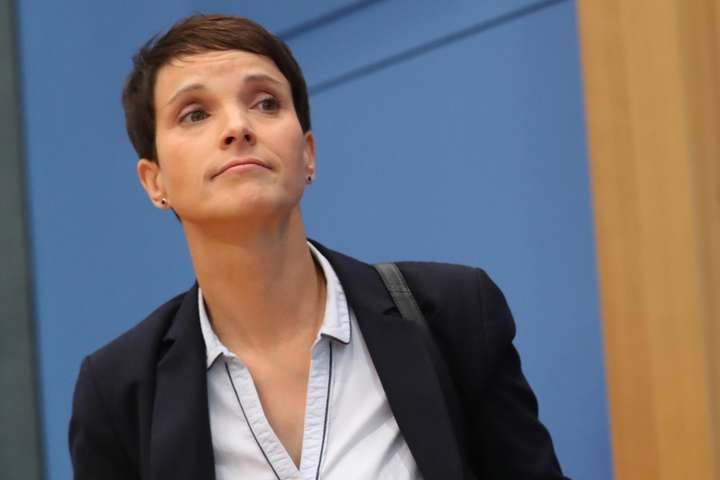 <p>Колишня очільниця ультраправої партії«Альтернативи для Німеччини»Фрауке Петрі</p> - У Німеччині екс-лідер ультраправої партії AfD постала перед судом за неправдиві свідчення