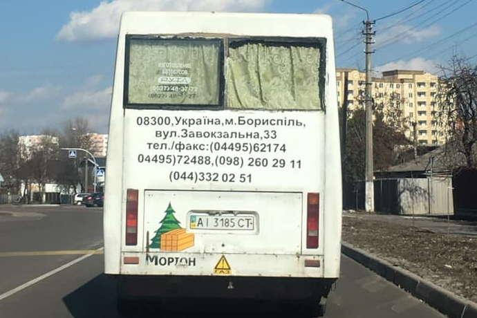 Маршрутка без скла у задньому вікні - У Борисполі пасажирів перевозила маршрутка без вікон (фото)