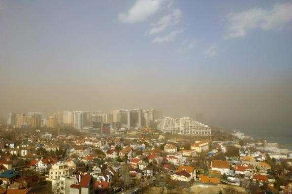 Місцеві жителі розповідають, що видимість скоротилася до кількох метрів — В Одесі піщана буря накрила місто
