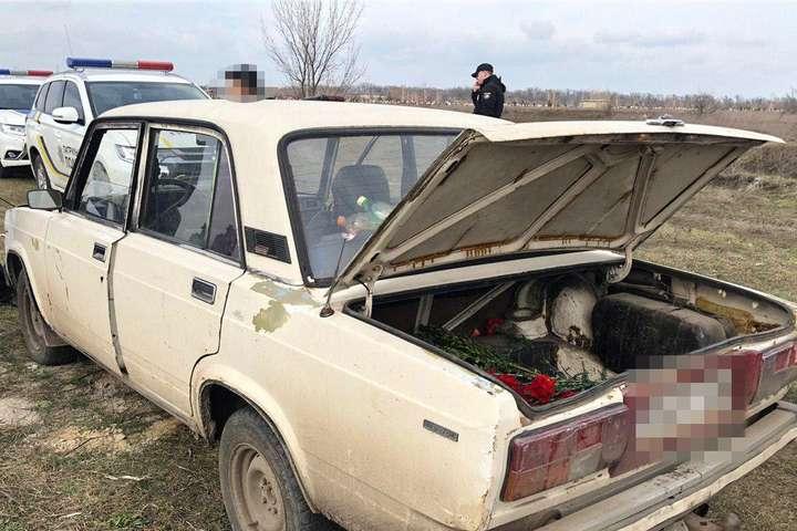В Одесі шестеро осіб розважалися на цвинтарі, стріляючи по могилах