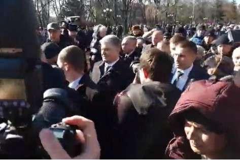 Петро Порошенко у Чернігові — В Чернігові Порошенко пройшов крізь натовп «Нацкорпусу», всупереч застереженням Держохорони