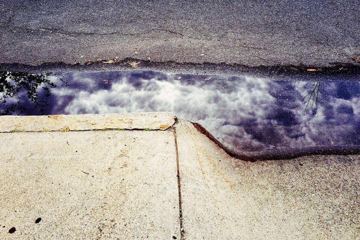 Тротуары после дождя: невероятные отражения в фотографиях Джошуа Саринана
