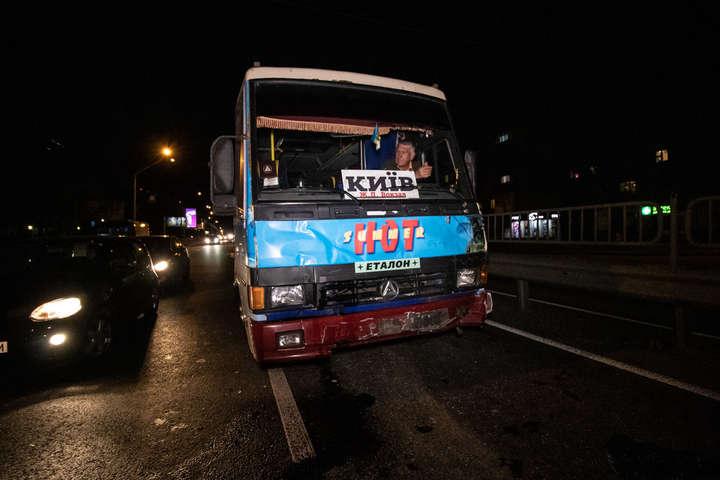 <p>Автобус влетів в задню частину вантажівки</p> <p> &#8212; Подвійна ДТП на проспекті Перемоги: пасажирський автобус в'їхав у вантажівку (фото, відео)&#187;></p></div> <div class=