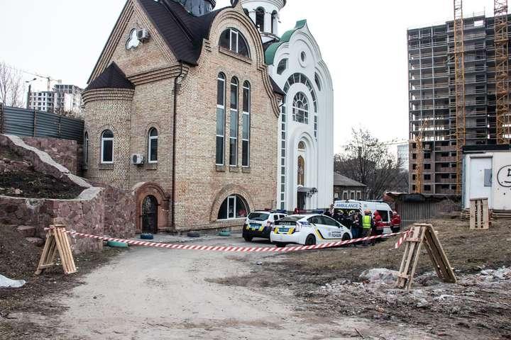 Тіло лежало біля паркана будівництва, під сухостоєм, прямо навпроти входу до церкви - Біля церкви в Києві виявлено закривавлене тіло чоловіка (фото, відео)
