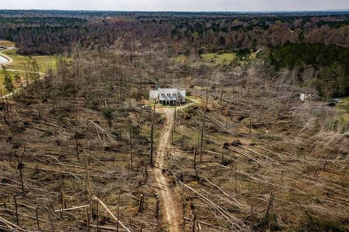 Фантастичні кадри з дрона: як виглядає будинок, який вцілів після руйнівного торнадо