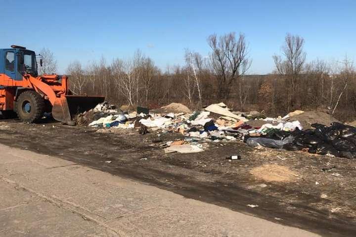 Прибирання сміттєзвалища на вул. Озерній - На Оболоні прибрали величезне стихійне сміттєзвалище (фото, відео)