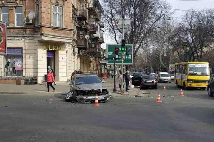У центрі Одеси зіткнулися два автомобілі, є постраждалі