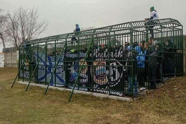 У Польщі футбольні фанати всю гру провели у клітці. Фотогалерея