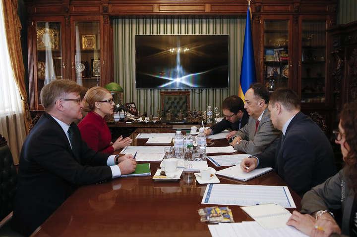 <span>Юлія Тимошенко провела зустріч із Хугом&amp;nbsp;Мінгареллі</span> &#8212; Тимошенко поскаржилась голові Представництва ЄС в Україні на порушення під час виборчої кампанії&#187;></div> <p><span>Юлія Тимошенко провела зустріч із Хугом&nbsp;Мінгареллі</span></p> <p>Фото: ba.org.ua</p> </p></div> <p>Кандидат у президенти Юлія Тимошенко провела зустріч із головою Представництва Європейського Союзу в Україні, послом Хугом Мінгареллі. Про це йдеться у повідомленні на <a href=