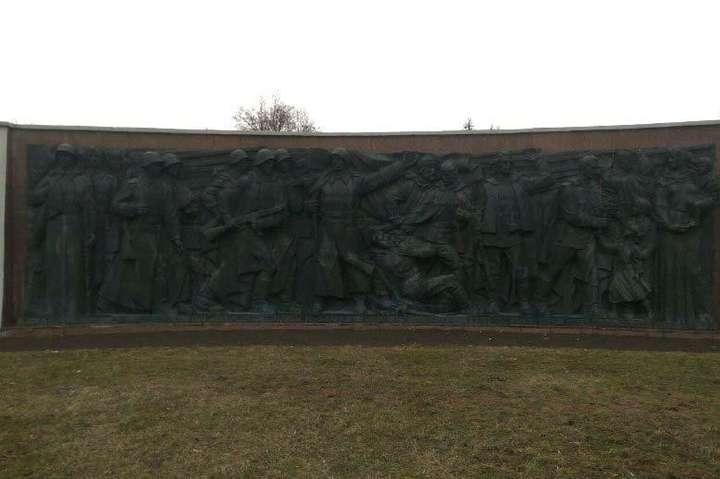 <p>Поліцейські виявили відсутність у скульптурі солдата двох пальців, а у дівчинки та ще одного солдата &amp;ndash; носа</p> <p> &#8212; У Рівному вандали відрізали пальці солдату на Монументі Вічної Слави&#187;></p></div> <div class=