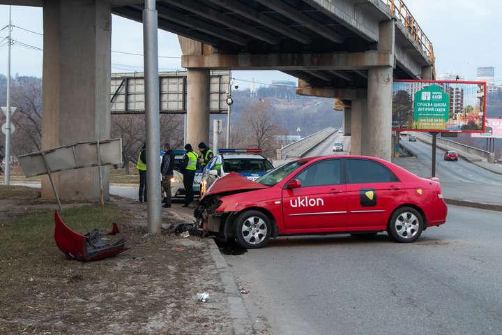 Передня частина автомобіля сильно пошкоджена - На мосту Метро автомобіль таксі Uklon влетів у стовп (фото, відео)