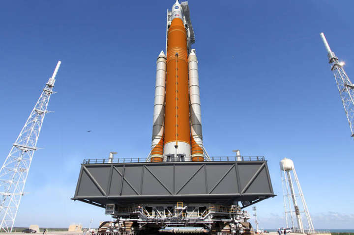 <span>Space Launch System не планують запускати на супутник Землі&amp;nbsp;</span> &#8212; NASA шукає нову ракету для запуску корабля на Місяць &#171;></div> <p><span>Space Launch System не планують запускати на супутник Землі&nbsp;</span></p> </p></div> <p>Надважку ракету-носій Space Launch System навряд запустять у перший політ в червні 2020 року. Для запуску «місячного» корабля «Оріон» NASA може застосувати іншу ракету.</p> <p>Керівник NASA Джим Брайденстайн заявив під час слухань в сенаті, що перспективна американська ракета Space Launch System (SLS) швидше за все не зможе виконати перший політ в червні 2020 року, як планували раніше, повідомляє&nbsp;<a href=