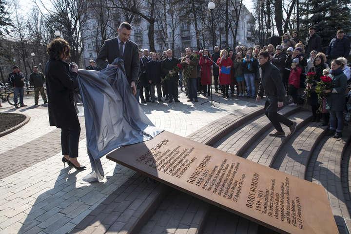 У сквері імені Бориса Нємцова встановили меморіальну дошку - У Києві біля посольства РФ відкрили сквер імені Бориса Нємцова