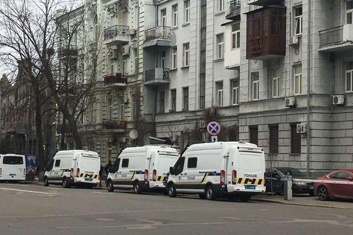 Правоохоронці блокують проїзд на підходах до Банкової - Поліція перекрила вулиці довкола Банкової: фото