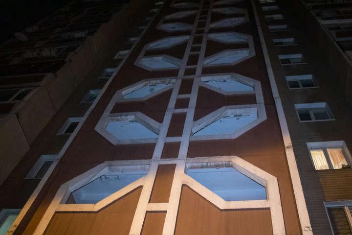 <p>З вікна столичної багатоповерхівки вже вдруге за рік випав парубок</p> <div></div> <p> &#8212; У Києві сталося друге падіння з вікна однієї і тієї ж самої багатоповерхівки за два місяці&#187;></p></div> <div class=