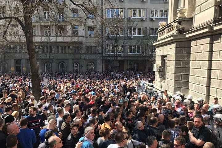 Протестувальники у Белграді заблокували адміністрацію президента (фото, відео)