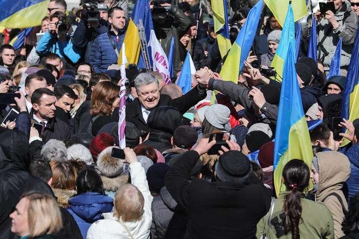 Тільки за офіційними даними на Михайлівській площі зібралися 25 тисяч людей — Порошенко доводить, що його ще рано виключати з гри