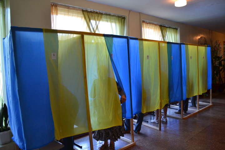 МВС застерігає: за селфі у виборчій кабінці можна потрапити до тюрми -  Главком