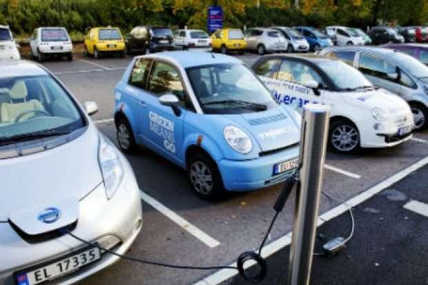 У Норвегії таксисти на електрокарах першими в світі зможуть заряджати автомобілі без дротів