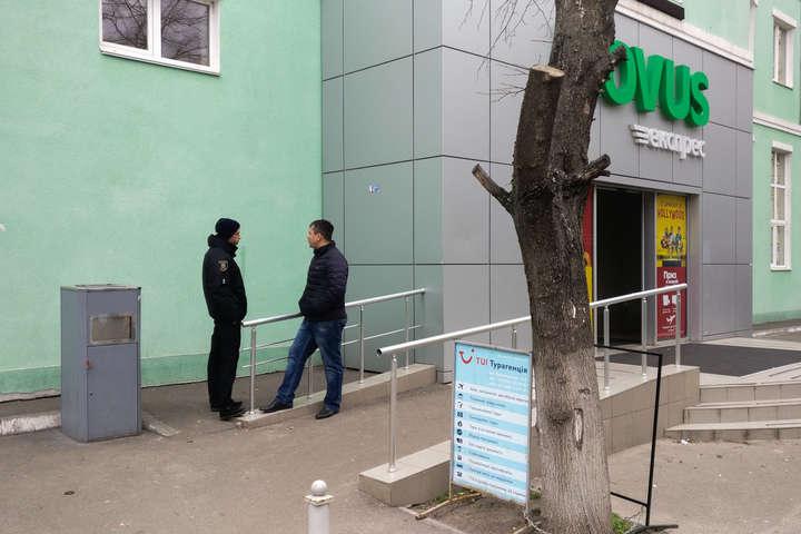 Біля супермаркету в Києві знайшли «гранату»