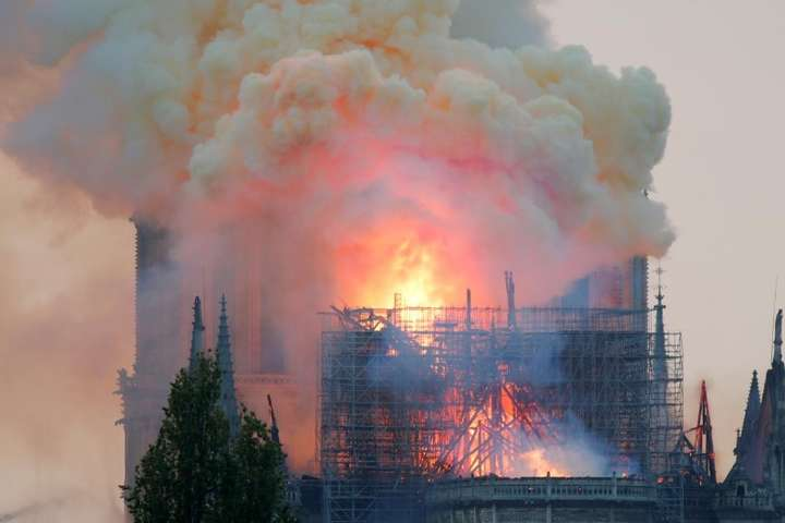 Еммануель Макрон відправився до Собору Паризької Богоматері — Макрон скасував звернення до нації через пожежу в Соборі Паризької Богоматері