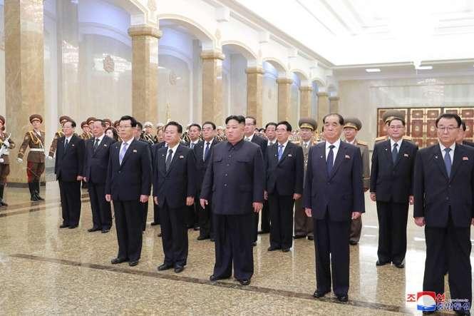 Кім Чен Инасупроводжували члени вищого керівництва країни — Кім Чен Ин відвідав мавзолей батька (фото)