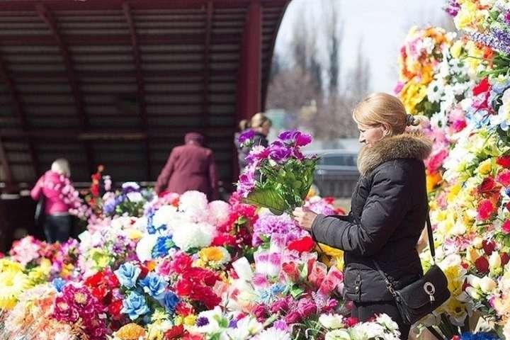 Великдень – це свято життя, тому й церковники радять принести на могилу живі квіти — Мінекології закликає українців не купувати пластикові квіти і вінки