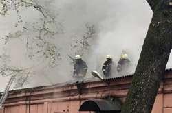 Фото: — В<span>огонь охопив одноповерхову будівлю лікарні в Одесі, 16 квітня 2019 року</span>