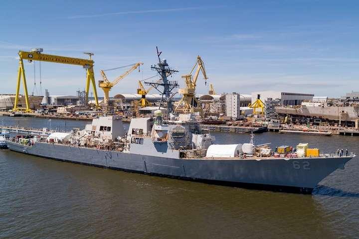 <p>Після відновлювальних робіт на правому борту, які почалися в січні 2018 року, есмінець спустили на воду</p> — Відремонтований есмінець USS Fitzgerald (DDG 62) спустили на воду