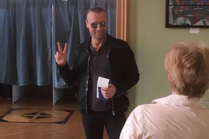 <p>Співак Олег Винник проголосував на виборах президента України на виборчій дільниці у Берліні</p> — Співак Олег Винник проголосував у Берліні (фото)