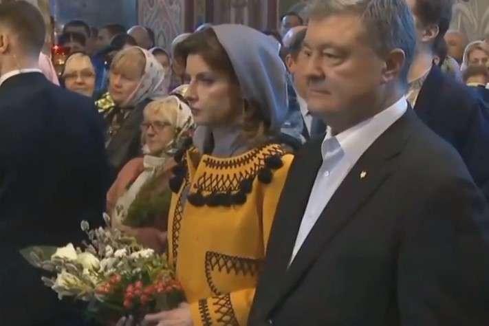 Президент Порошенко із родиною та вірянами виконали спільну молитву «Отче наш» — Порошенко з родиною прийшов на богослужіння у Вербну неділю (відео)