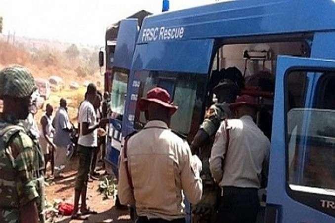<p>Рятувальники на місці ДТП в Нігерії</p>
