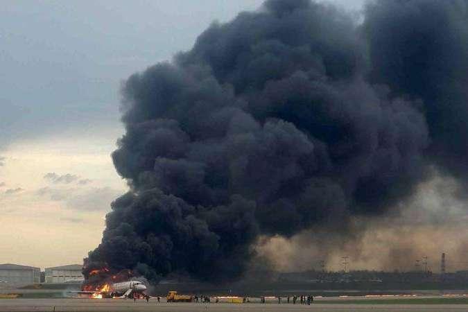 За інформацією ЗМІ, полум'я знищило половину літака — ЗМІ назвали ймовірну причину загоряння літака в «Шереметьєво»