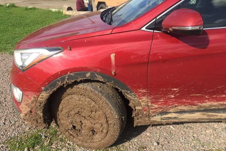 Автомобиль посла Канады застрял в грязи на Черкащине — Автомобиль посла Канады застрял в грязи на Черкащине