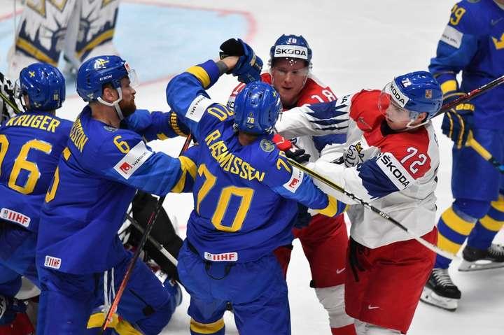Сутички на льоду між шведами і чехами спалахували мінімум п'ять разів — Чемпіонат світу з хокею: Чехія перемагає Швецію в матчі грандів (відео)