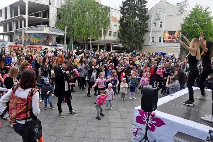 У Житомирі встановили танцювальний рекорд до Дня матері