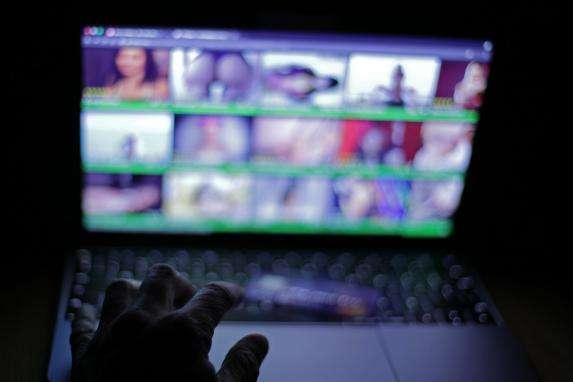 На Прикарпатті двоє молодиків знімали порно в режимі «онлайн»