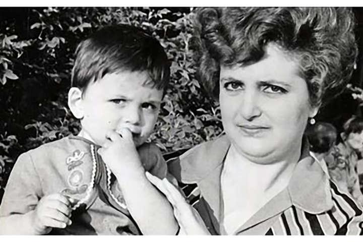 Мати Гройсмана пішла з життя у 2000 році у віці 50 років, працювала вчителькою — День матері. Голова уряду опублікував щемливе фото