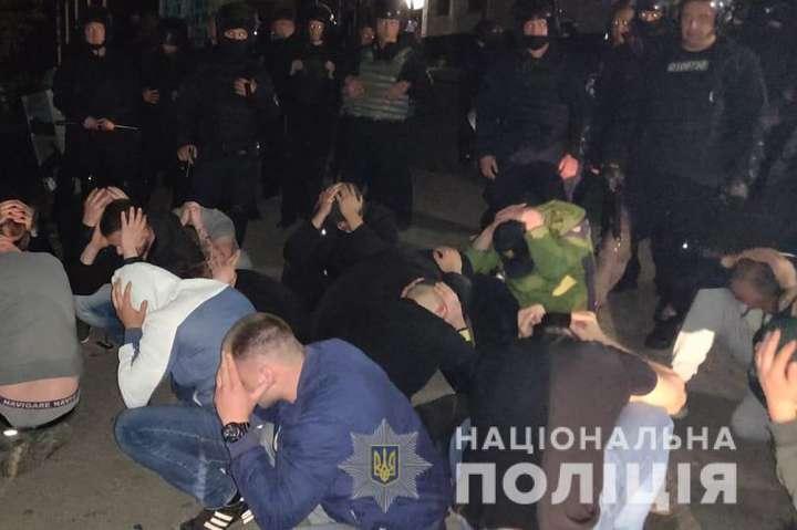 На допомогу поліції прибули додаткові сили, зокрема спецпризначенці підрозділу КОРД — Рейдерське захоплення заводу у Вінниці: силовики затримали 50 молодиків