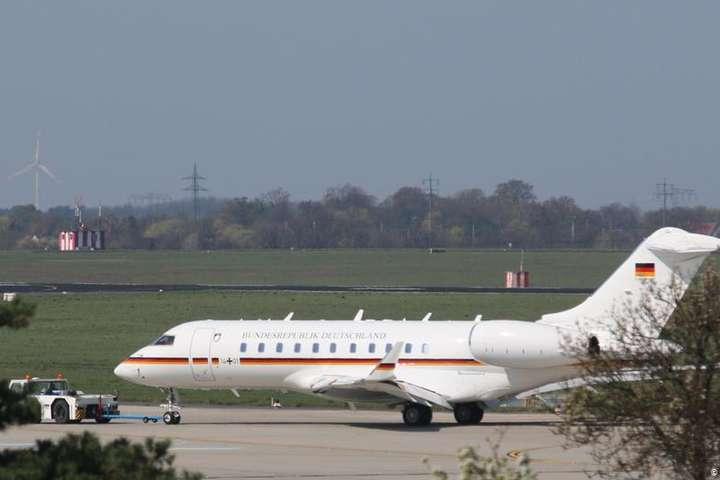 Меркель прибула в аеропорт Дортмунда на літаку Bombardier Global 5000 — В літак Меркель врізався автомобіль