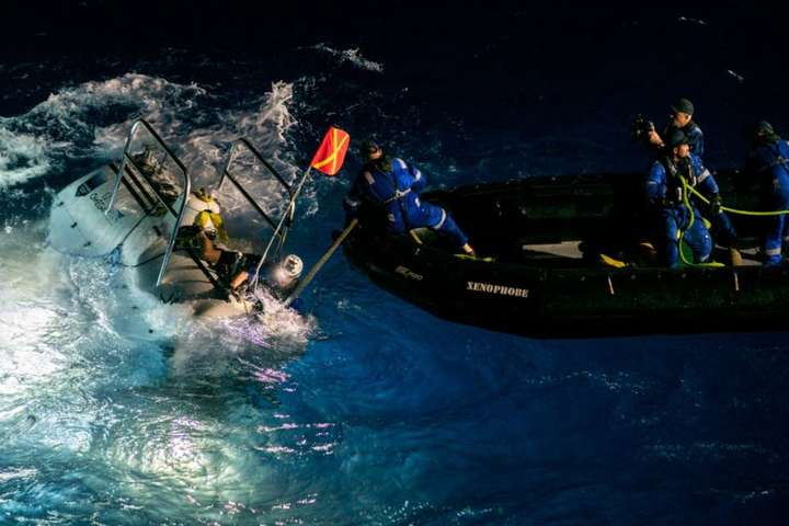 Віктор Весково провів чотири години, досліджуючи дно западини у своєму батискафі — Американський дослідник встановив рекорд на найглибше занурення в океан