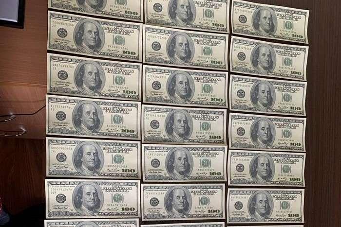 На Донеччині троє безробітних масово підробляли долари та гривні