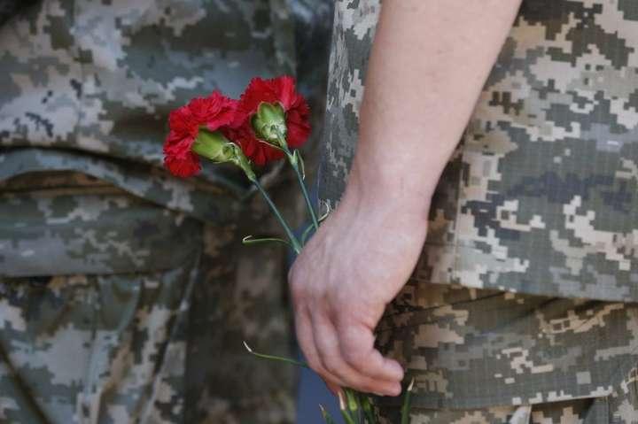 Внаслідок обстрілів двоє військовослужбовців отримали поранення — На Донбасі загинув український військовий