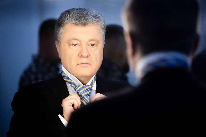 Порошенко також стверджує, що посилення підтримки української мови, започаткування енергетичних ініціатив, пенсійна реформа, а також переформатування судової системи за допомогою нових антикорупційних заходів — це його заслуга — Порошенко застерігає від «реваншу» олігархічних сил