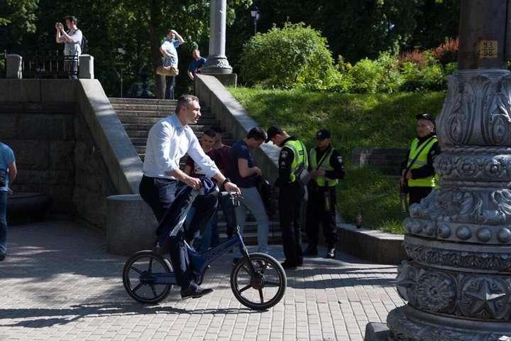 Кличко змушений був їхати на велосипеді на інавгурацію президента (фото, відео)