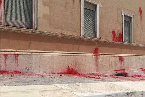 Інцидент стався за кілька днів до виборів в Європарламент — У Греції будівлю парламенту закидали фарбою